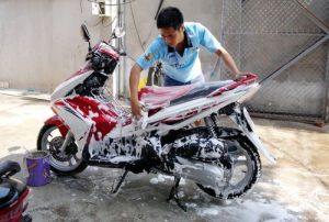 Rửa xe máy bằng gì tốt nhất