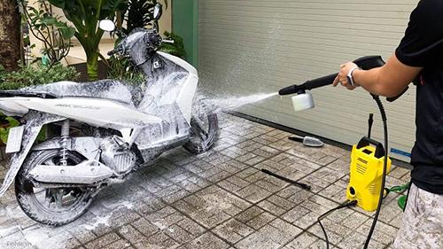 Phun dung dịch rửa xe bằng máy rửa xe