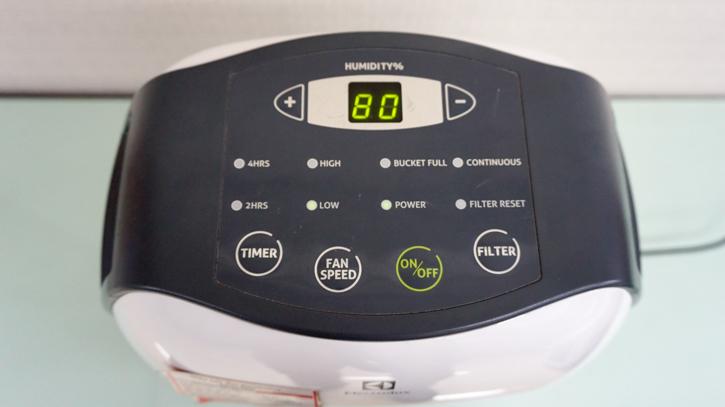 Bảng điều khiển của máy hút ẩm Electrolux