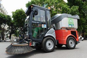 xe quét rác đường phố làm nhiệm vụ dọn dẹp đường xá