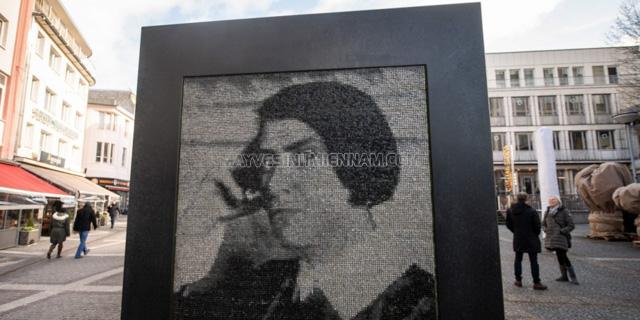 Bảng tưởng niệm dành cho bà ở thủ đô của Đức